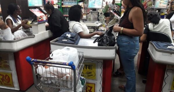 Sacolas descartáveis estão proibidas nos supermercados a partir desta quarta (26)