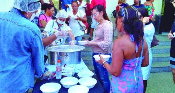 Servidores de Cabo Frio fazem sopão em protesto na Prefeitura