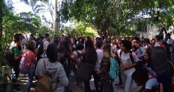 Alunos do Rui Barbosa fazem protesto na Secretaria de Educação de Cabo Frio