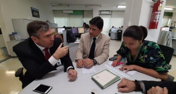 Adriano busca recursos em Brasília