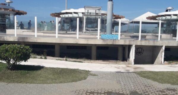Prefeitura interdita três quiosques na Praia do Forte por ligação clandestina de esgoto