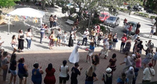 Arraiá, protesto e deboche na Prefeitura de Cabo Frio