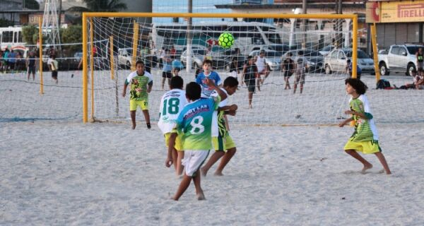 """Novo núcleo do """"Movimenta São Pedro"""" oferece aulas gratuitas de beach soccer no bairro Balneário"""
