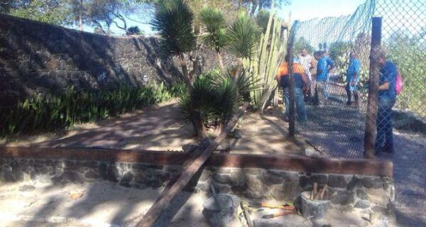 Secretaria de Obras isola parte do Mirante do Arpoador na Praia do Forte