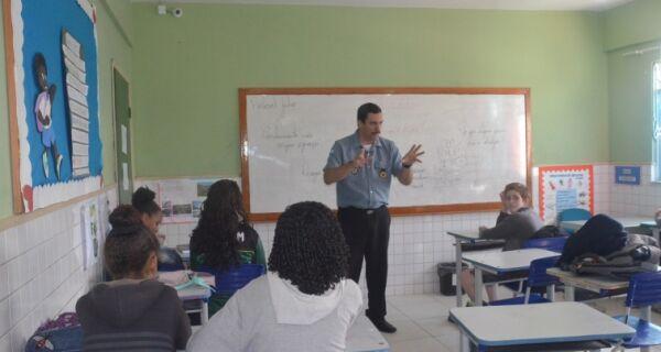 Alunos de Praia Linda participam de palestra do programa educacional de resistências às drogas