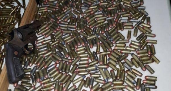Homem é preso com pistola e 844 munições em Cabo Frio