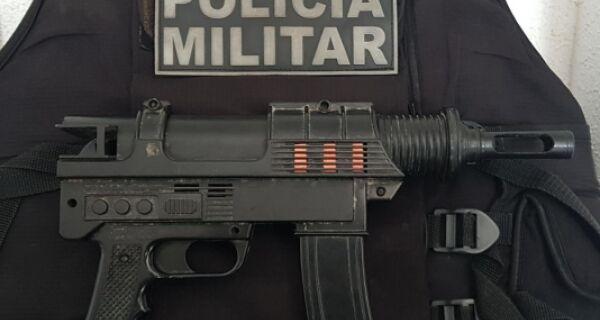 Polícia Militar apreende réplica de submetralhadora em Unamar