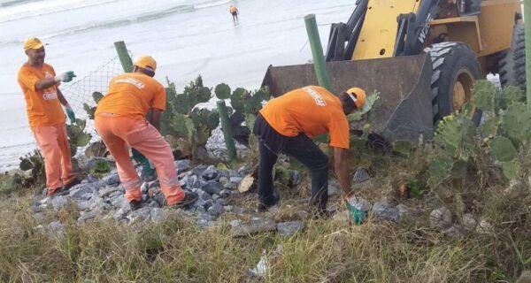 Prefeitura realiza retirada de pedras da Praia do Forte