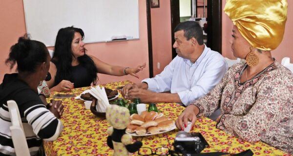 Prefeito Henrique Gomes se reúne com representantes do Projeto Bonecas Negras