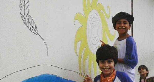 """Alunos da Escola Municipal José Bento pintam mural """"Búzios as cores da nossa história"""""""