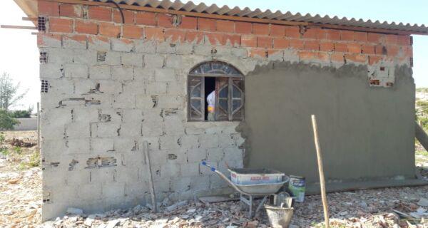 Denúncia do Linha Verde leva polícia a identificar construção irregular em área de preservação em Arraial do Cabo