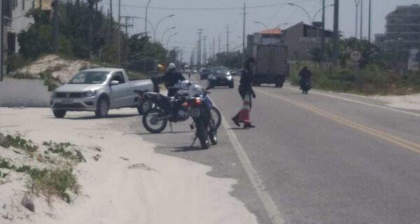 Prefeitura de Cabo Frio faz retirada de areia que invadiu a RJ-140
