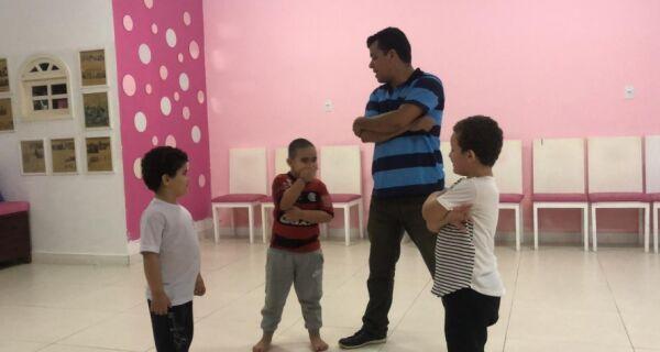 Projeto coloca crianças autistas para dançar