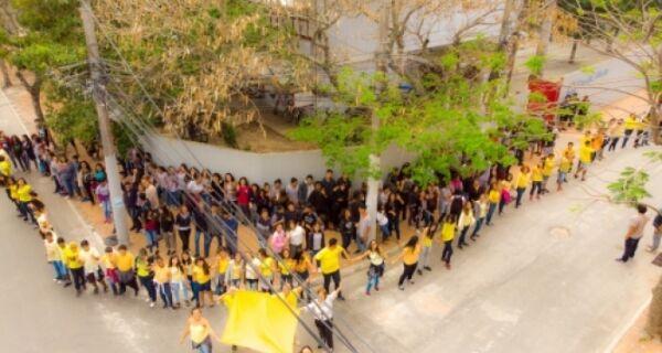 """Alunos da Escola Francisco Porto realizam um """"abração"""" pela vida"""