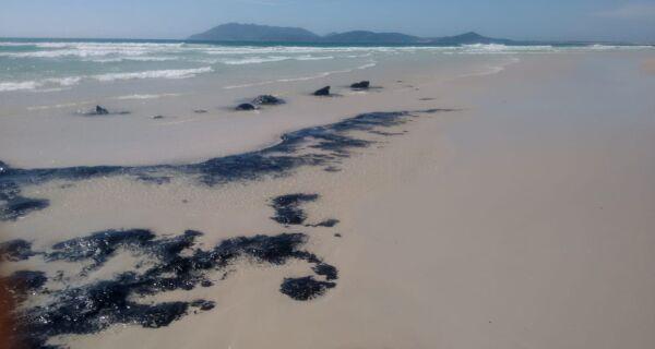 Manchas no Forte assustam banhistas, mas prefeitura descarta ser óleo vindo do Nordeste