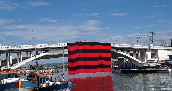 Ponte Feliciano Sodré amanhece com bandeirão do Flamengo, mas Capitania dos Portos determina retirada