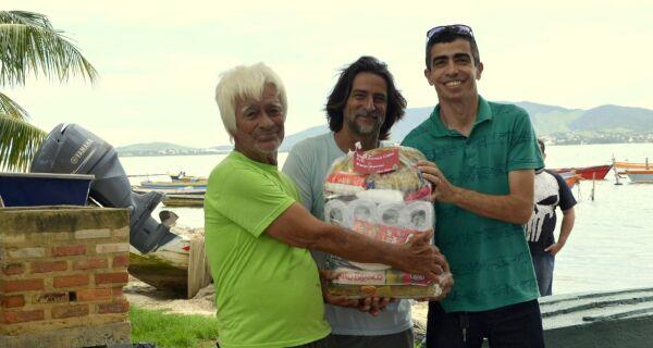 Associação Comercial e CDL de São Pedro da Aldeia entregam cestas básicas a pescadores
