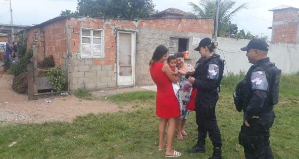Patrulha Maria da Penha entrega doações para família em Campos Novos