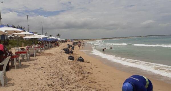 Ação de limpeza recolhe 20 toneladas de vegetação das praias do Peró e das Conchas