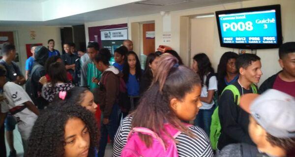 Adriano promete a alunos que escola Luiz Lindenberg permanecerá aberta