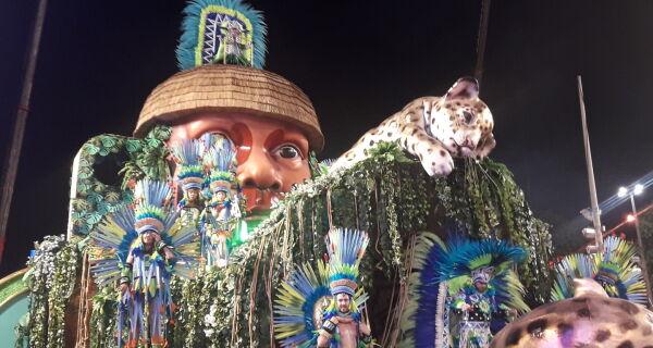 Mangueira faz desfile emocionante e se coloca entre as favoritas para vencer o Carnaval