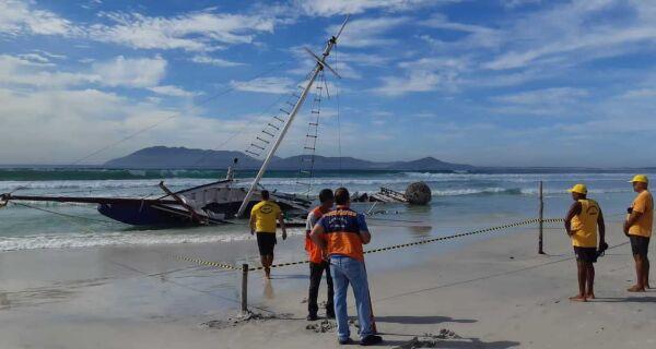 Maré destrói barcos encalhados desde a virada do ano na Praia do Forte