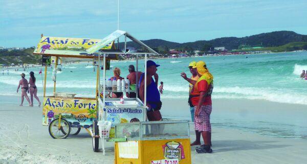 Prefeitura de Cabo Frio começa a entregar crachás para vendedores ambulantes