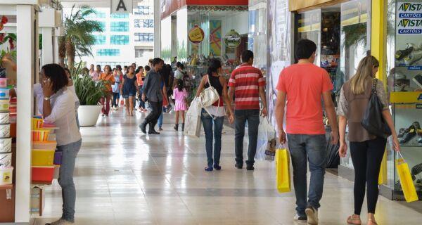 Percentual de famílias com dívidas chega a 65,6% em dezembro, diz CNC