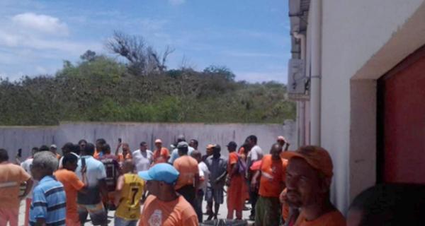 Coletores da Comsercaf cruzam os braços por causa de atrasos salariais