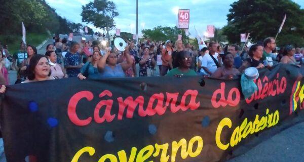 Sem salário de dezembro e 13º, servidores da Educação fazem novo protesto em Cabo Frio
