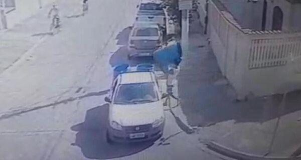 Polícia prende acusado de furtar galões de lixo para revender em Cabo Frio