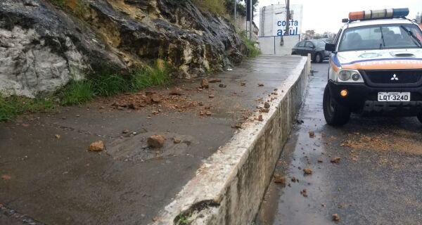 Chuva provoca deslizamento de pedras na saída da Ponte Feliciano Sodré