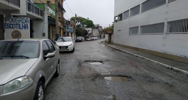 Em Arraial, moradores reclamam de buracos e desordem
