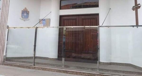 Colocação de blindex na porta de igreja provoca polêmica em Cabo Frio