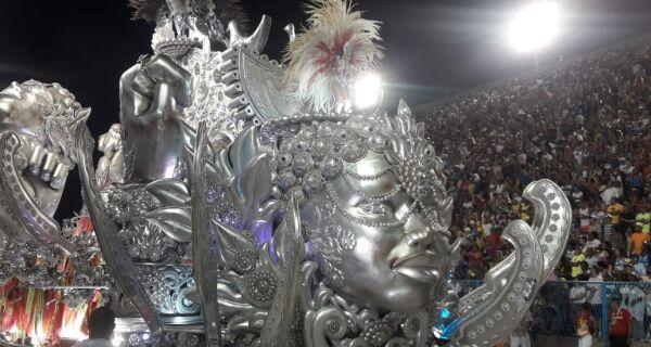 """""""Ensaboa"""": Unidos do Viradouro se destaca em noite sem apresentações perfeitas"""