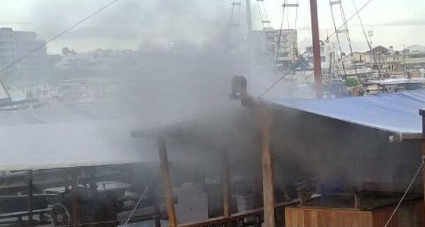 Fogo atinge embarcação e é controlado em praia de Arraial do Cabo