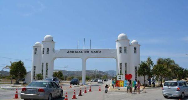 Entrada de veículos de turismo e passeios de barcos são proibidos em Arraial do Cabo