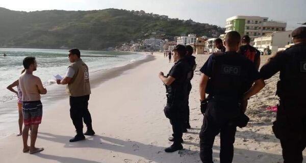 Agentes da Postura e da Guarda Municipal monitoram e conscientizam ambulantes e banhistas