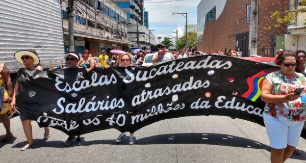 Prefeitura volta a fracionar salários e Educação pode retomar greve