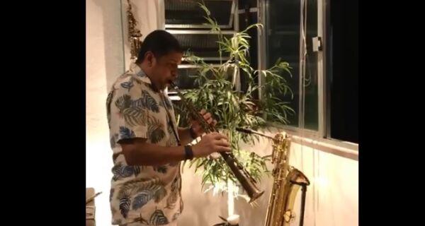 Músico cabofriense participa de projeto que leva música a vizinhos durante a quarentena