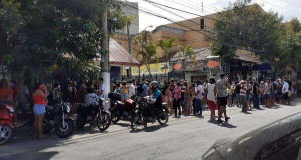 Pessoas se aglomeram em filas de agências da Caixa de Cabo Frio para saque do auxílio emergencial