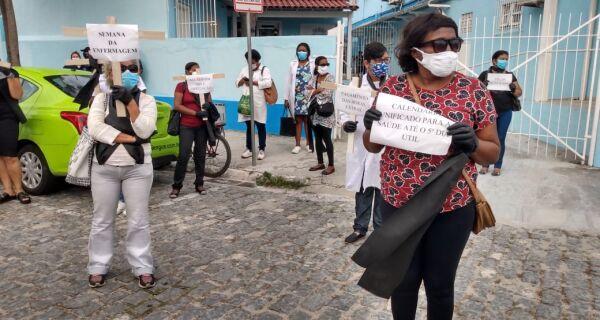 """""""Salário não é favor"""": servidores protestam na secretaria de Saúde de Cabo Frio"""