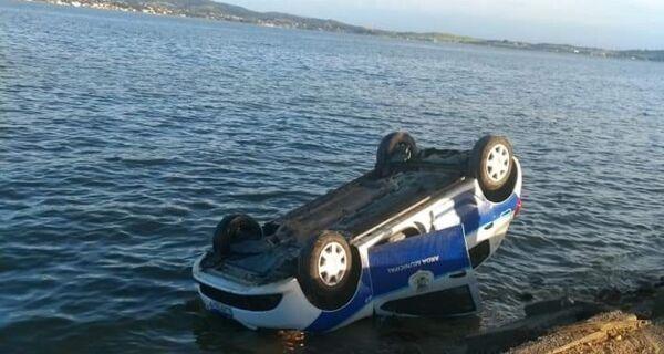 Viatura da guarda capota e cai dentro da Lagoa de Araruama após prisão de suspeitos