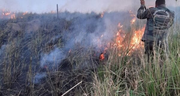 Guarda Ambiental combate incêndio em área de vegetação em Arraial do Cabo