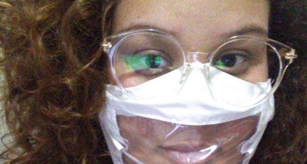 Costureiras criam máscaras transparentes para pessoas com deficiência auditiva fazerem leitura labial