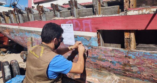 Operação retira barcos abandonados na Praia dos Anjos