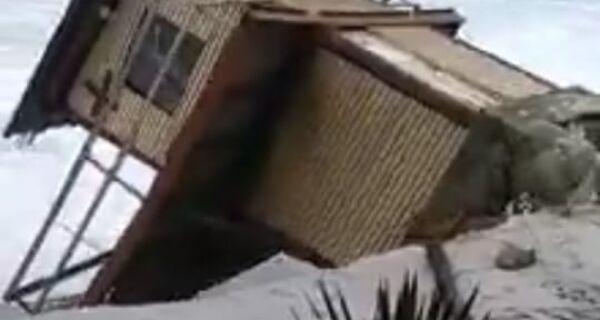 Ressaca derruba posto guarda-vidas em Arraial do Cabo