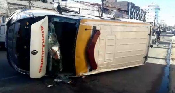 Ambulância tomba após acidente em cruzamento de Cabo Frio