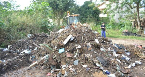 Aldeense joga 180 toneladas de entulho por dia nas ruas da cidade