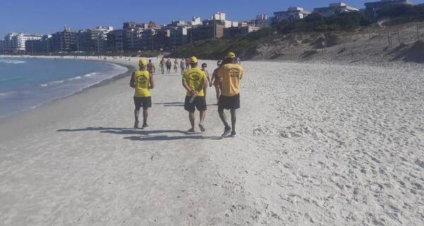 Banhistas descumprem decreto de fechamento das praias em Cabo Frio